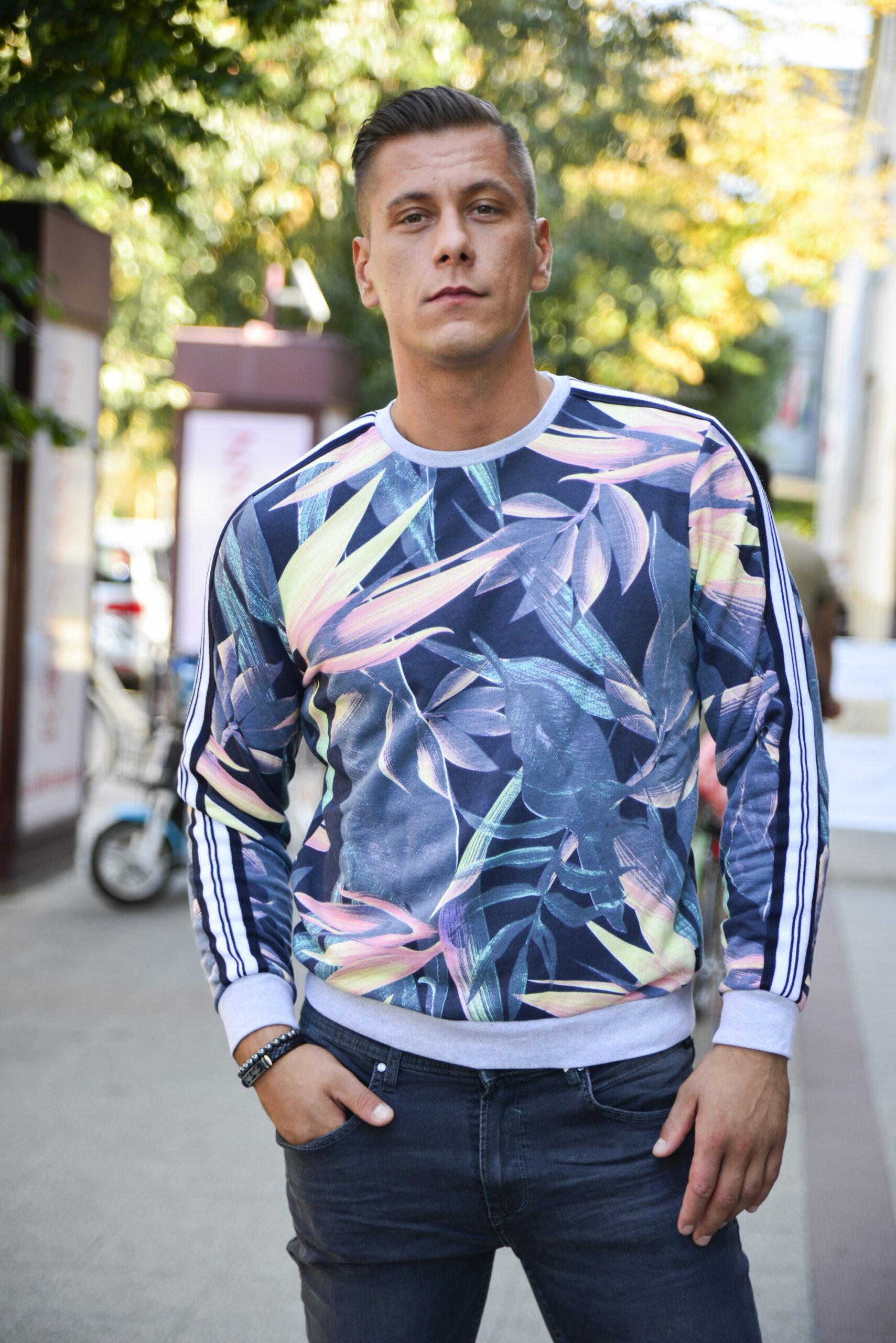 trópusi mintás pulóver